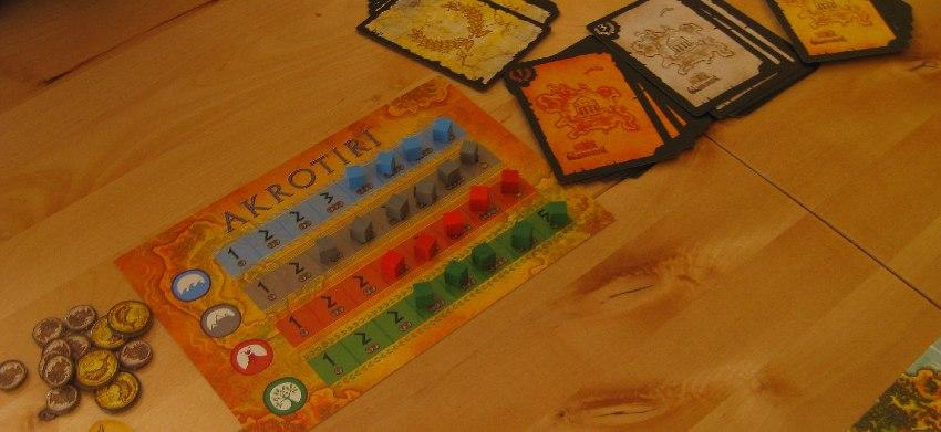 """""""Rohstofflager"""" mit kleinen farbigen Holzklötzchen und Schatzkarten des Brettspiels Akrotiri"""