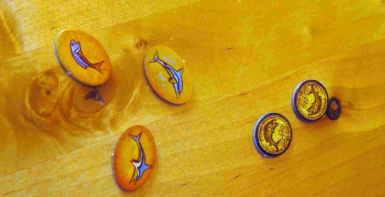 Rundenmarker von Akrotiri - kleine ovale Papp-Plättchen mit gezeichneten Fischen im antiken Stil