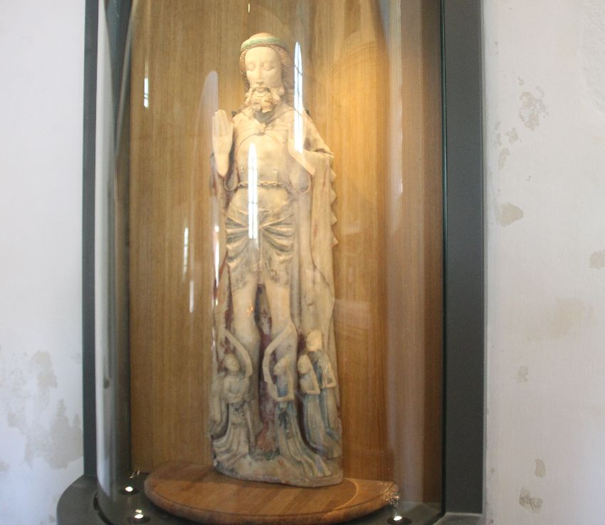 Statue des auferstandenden Christus aus Alabaster, in einer beleuchteten Glasvitrine in der Chapelle Saint-They an der Baie des Trépassés