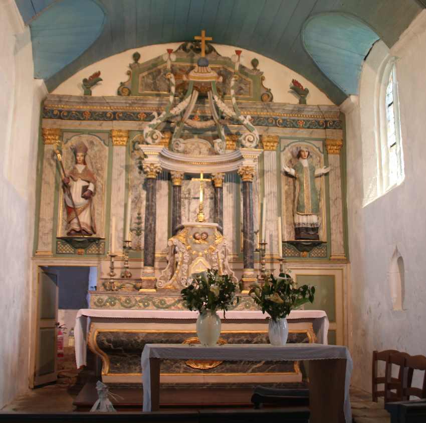 Barocker Hauptalter der Chapelle Saint-They mit bunten Holzfiguren und einer Holzkrone in der Mitte