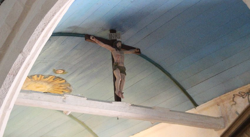 Triumphbogen in der Chapelle Saint-They mit gekreuzigtem Christus