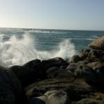Wellen brechen sich an Felsen bei Kerlouan