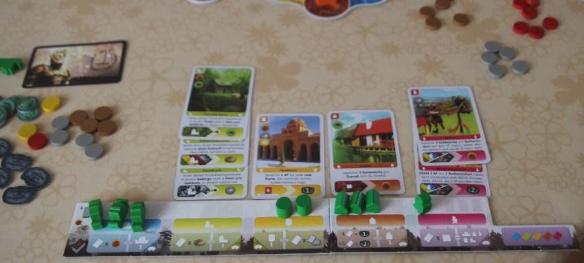 Spielplan eines weiteren Spielers bei Deus mit vielen Karten und einigen noch nicht platzierten Figuren