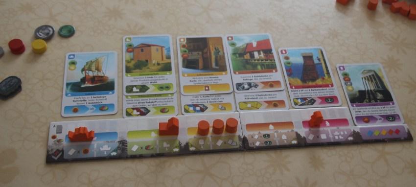 Spielplan eines Spielers bei Deus mit mehreren herausgelegten Karten