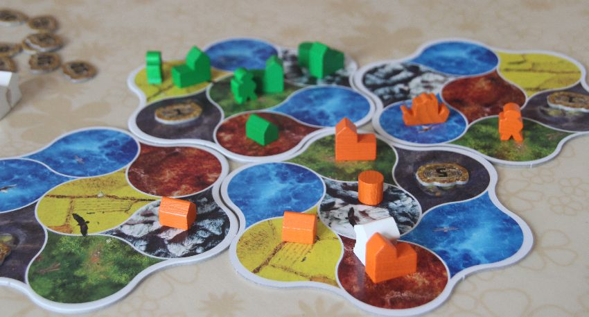 Detailaufnahme von Deus-Spielplan mit vielen Figuren