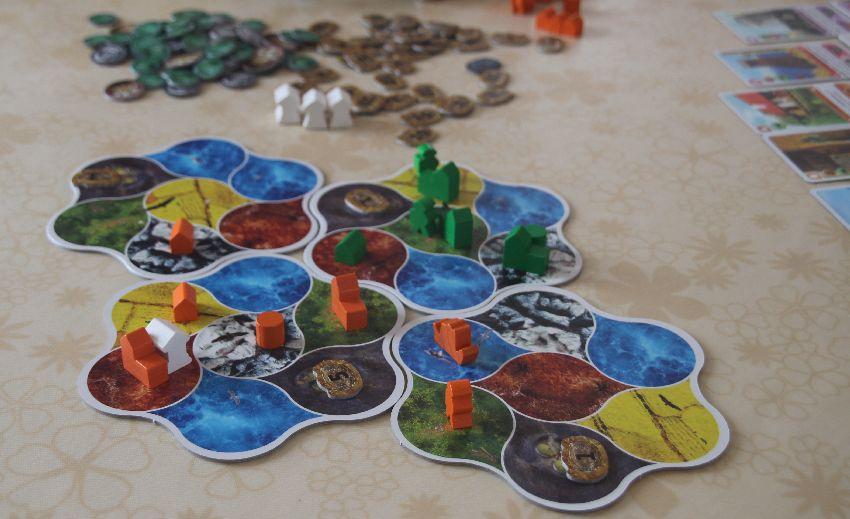 Spielplan von Deus mit Figuren eines Zweispielerspiels