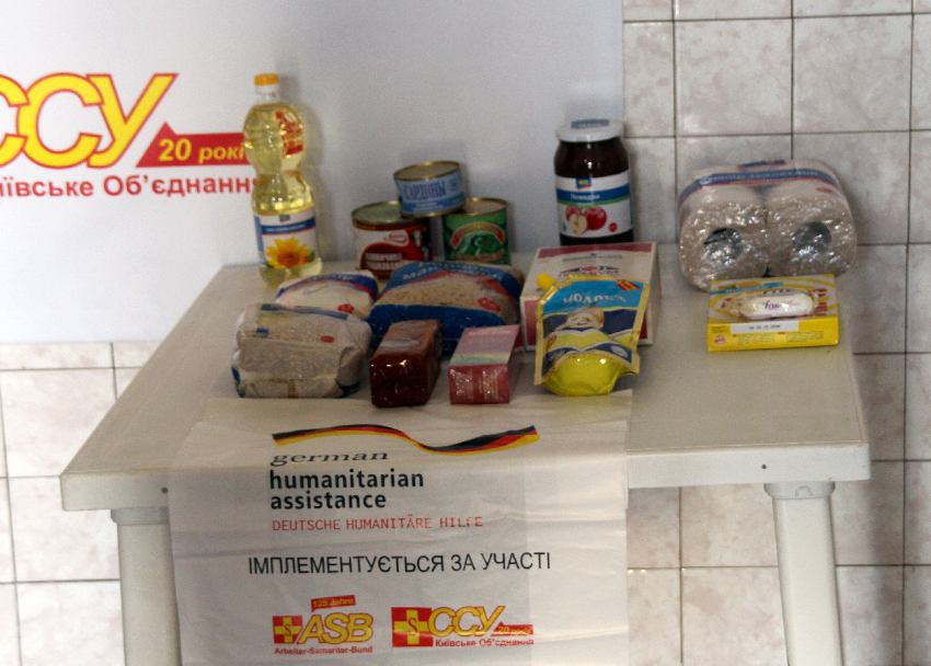 Auf einem Tisch ist der Inhalt einer Hilfsgütertüte aufgebaut