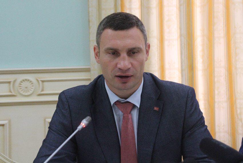 Vitali Klitschko vor einem Mikrofon im kiewer Rathaus bei einem Gespräch mit Journalisten und dem ASB