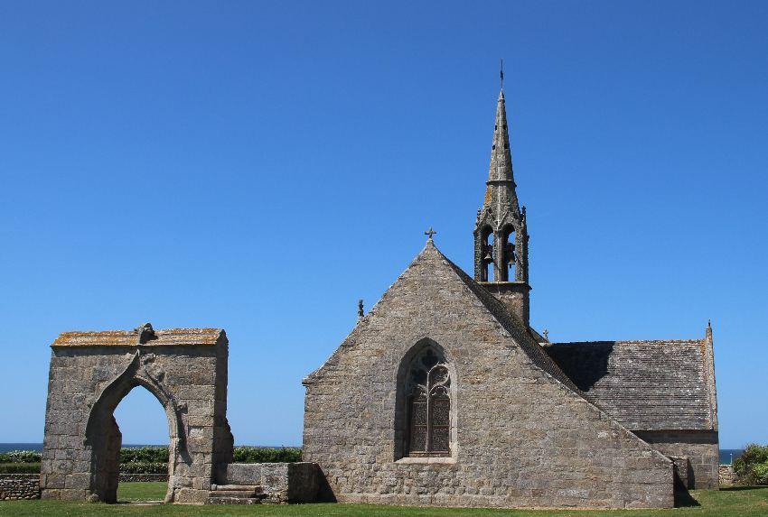 Chapelle Notre-Dame de Penhors mit Eingangstorbogen von außen