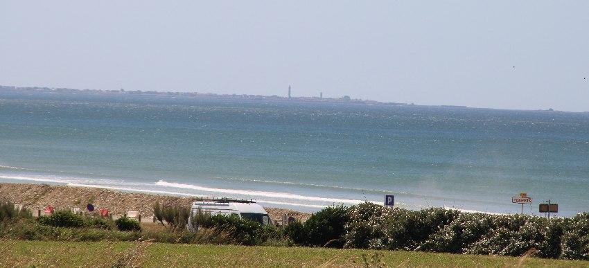 Die Bucht von Penhors mit Blick auf den Phare d'Eckmühl am östlichen Ende der Bucht