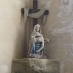 Pieta aus Holz in einer Nische der Chapelle Notre-Dame de Penhors in Pouldreuzic