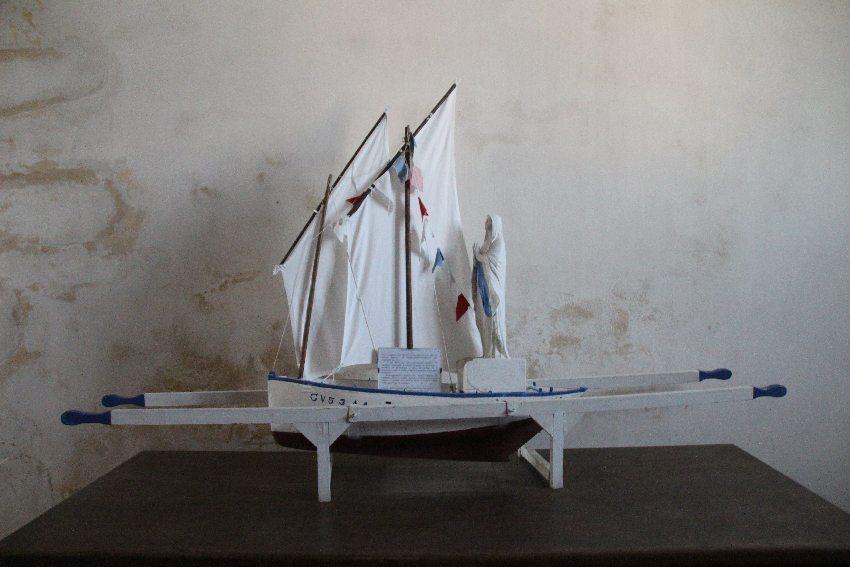 Modell eines Segelschiffs auf einem Wallfahrtsgestell in der Chapelle Notre Dame de Penhors in Pouldreuzic