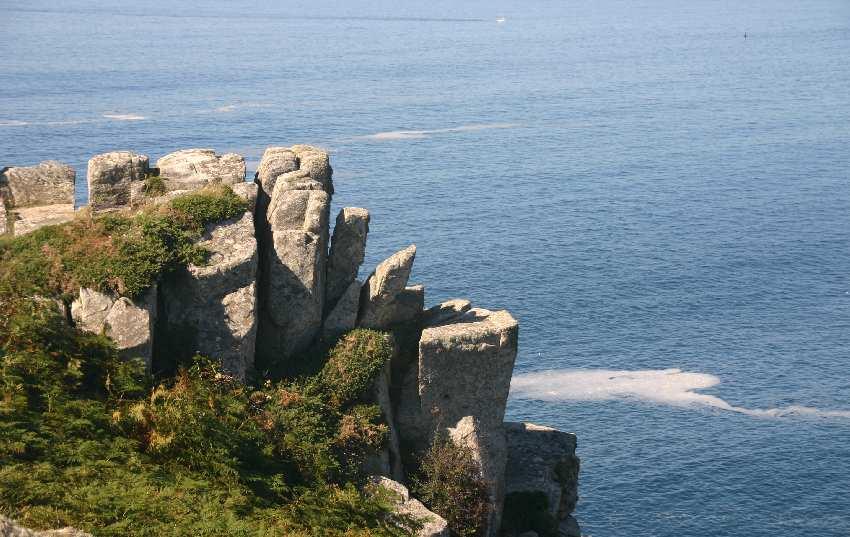Wild gezackte Felsen an der Pointe du Van in der Bretagne