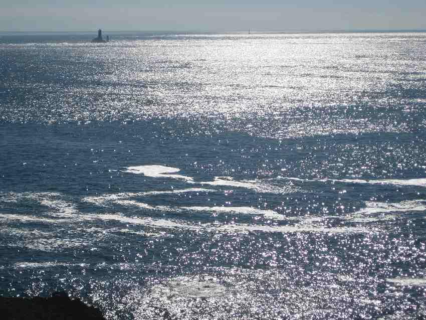 Blick auf den Phare de la Vieille von der Pointe du Van aus - über glitzerndes Meerwasser