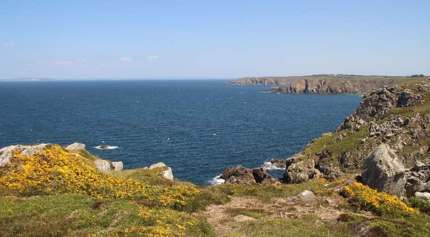 Blick auf die gezackte Küste des Finistère von der Pointe du Van aus
