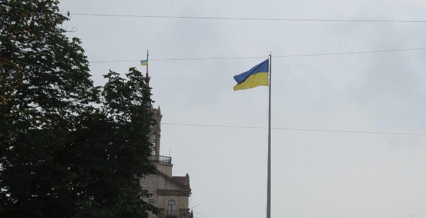 Die blau-gelbe-Flagge der Ukraine weht über dem Maidan in Kiew