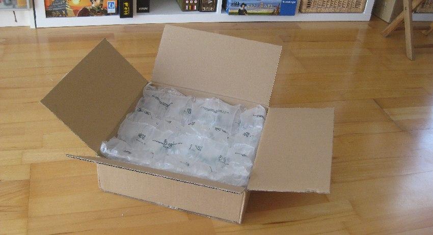 Geöffneter Catan-Karton mit zwei großen Lagen Luftpolsterfolie