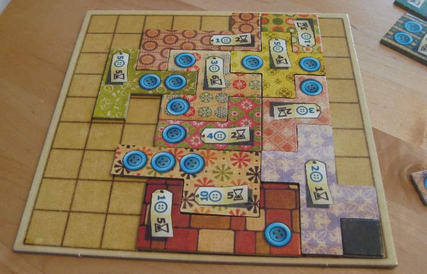 Spielplan eines Patchwork-Spielers, in den bereits zahlreiche Flicken eingebaut wurden