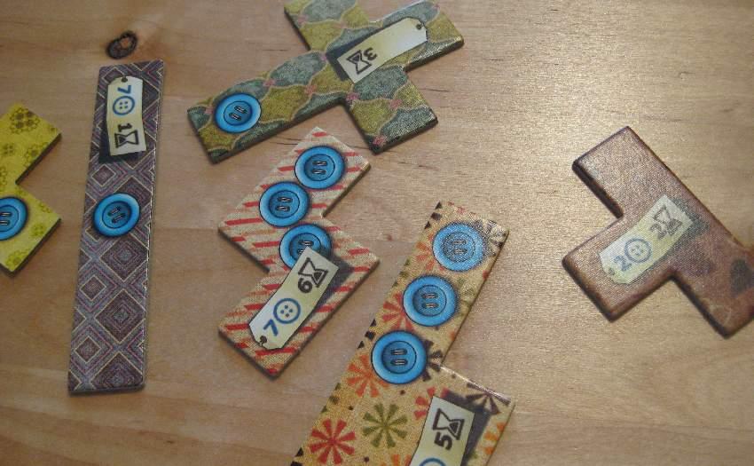 Flicken, die den Rahmen für das Zwei-Spieler-Spiel Patchwork bilden