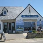 Fassade des Restaurants Ar Men mit blauem Wandbild von Meer, Möwen und Leuchtturm