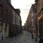 Von der Abendsonne angestrahlte Backsteinhäuser in der Altstadt von Amiens