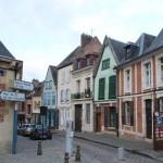 Bunte Holzhäuschen in einer Straße hinter der Kathedrale von Amiens
