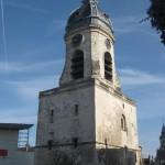 Der Belfried von Amiens - ein großer rechteckiger Turm mit einer hochgezogenen Haube mit Uhr und Glockenspiel und Zwiebeltürmchen