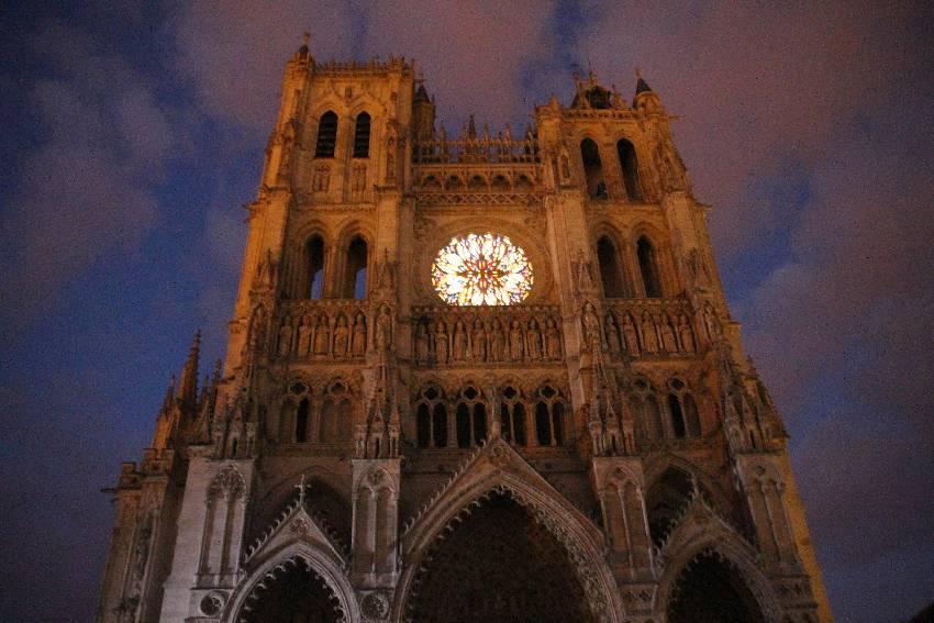 Das Portal der Kathedrale von Amiens am Abend