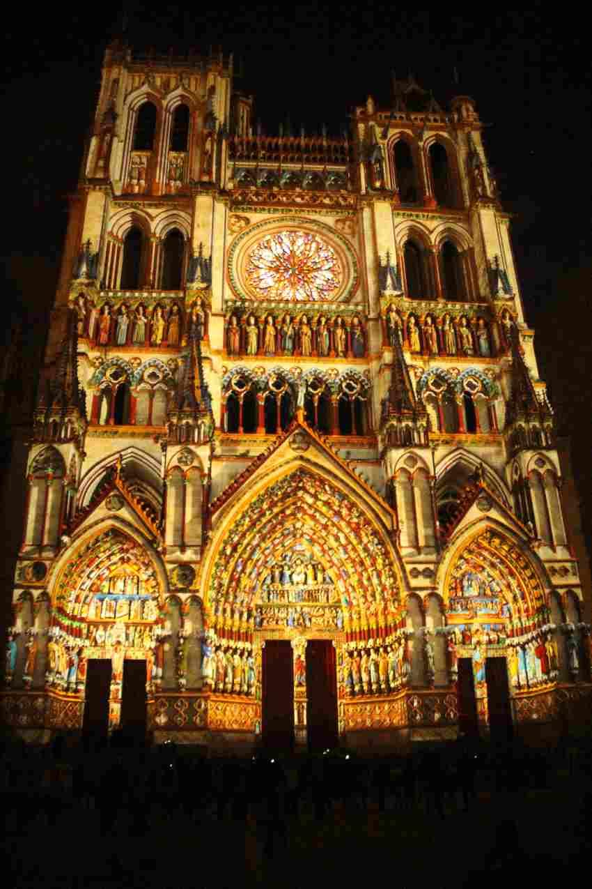 Die Kathedrale von Amiens in bunten Farben angestrahlt