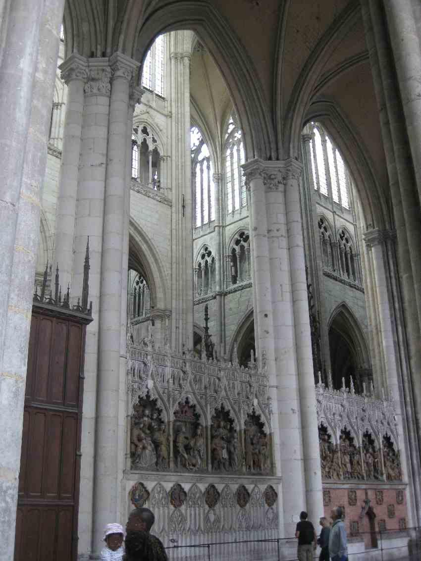 Hohe Gotische Bögen, Fenster und Chorumgang in der Kathedrale von Amiens