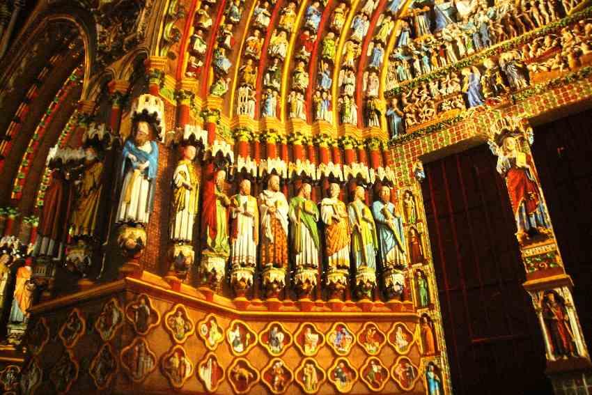 Farbig angestrahlte Apostelstatuen an der Kathedrale von Amiens