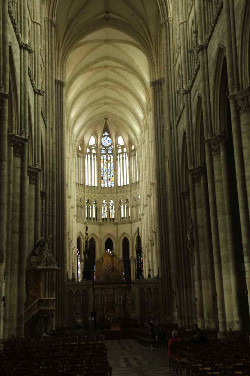 Blick durch das Hauptschiff auf den hellen Chorraum der Kathedrale von Amiens