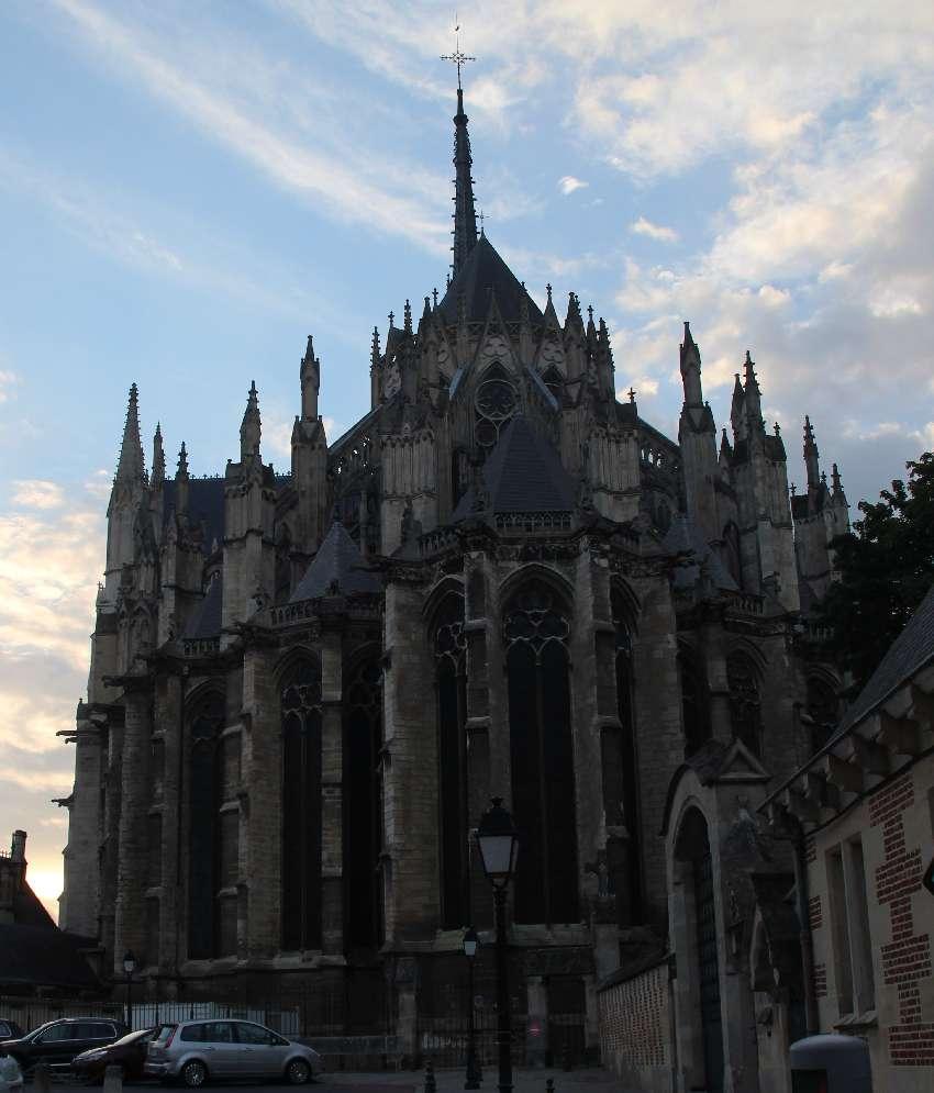 Rückseite der Kathedrale von Amiens mit Kapellenkranz und Rippenbögen von außen