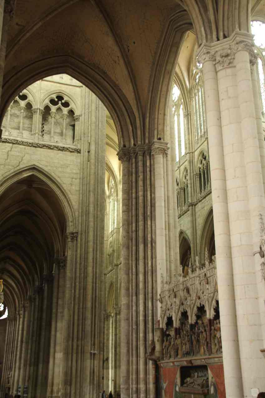 Säulen, Pfeiler und Lichtspiele in der Kathedrale von Amiens