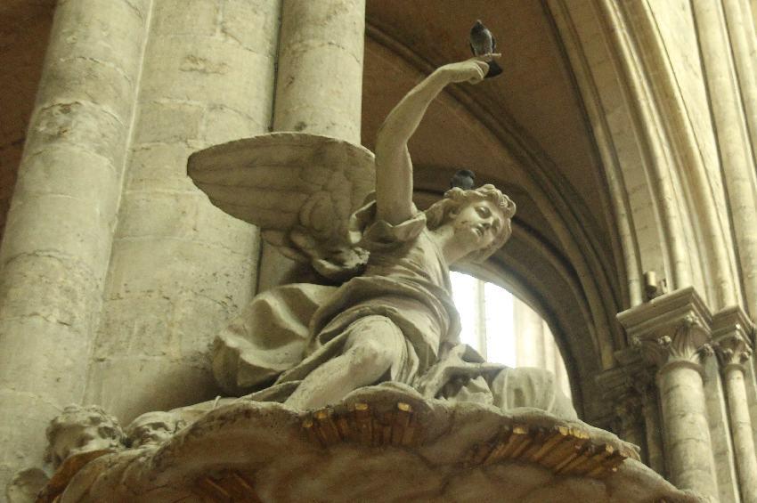 Tauben auf der barocken Kanzel in der Kathedrale von Amiens