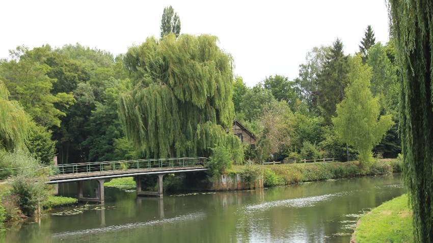 Brücke über einen Seitenarm der Somme in den Hortillonages in Amiens