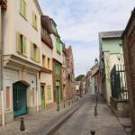 schmales Gässchen mit historischen Häusern in Amiens