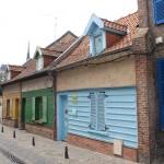 Häuser mit bunt bmalten Fassaden im Stadtviertel Saint-Leu in Amiens