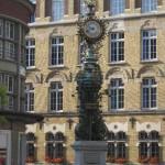 Kunstvoll gestaltete Standuhr mit Goldverzierungen auf einem Platz in der Innenstadt von Amiens