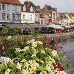 Blick von einer mit Blumen verzierten Brücke auf die Somme und das Viertel Saint-Leu in Amiens