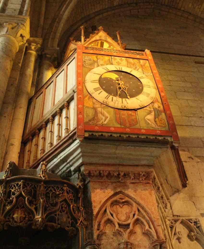 Mittelalterliche Uhr in der Kathedrale von Beauvais