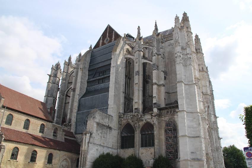 Kathedrale Saint-Pierre von außen. Da, wo das Kirchenschiff war, ist der Chorraum zugemauert.