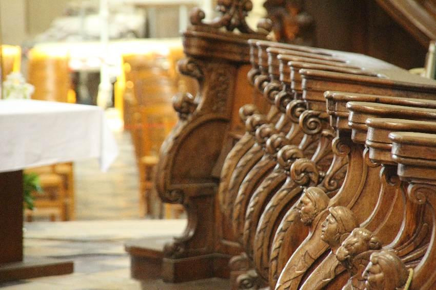 Kunstvoll geschnitzte Köpfe am hölzernen Chorgestühl in der Kathedrale on Beauvais