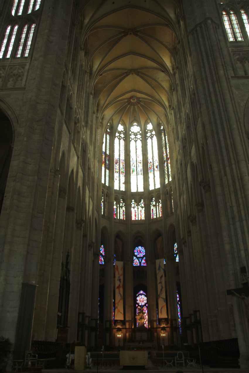 Blick auf den Alterraum und das hohe Gewölbe der Kathedrale in Beauvais
