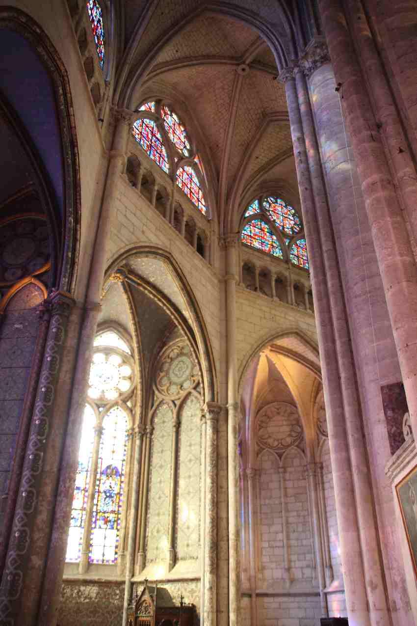 Bögen und Fenster des Kapellenkranzes in St. Pierre de Beauvais