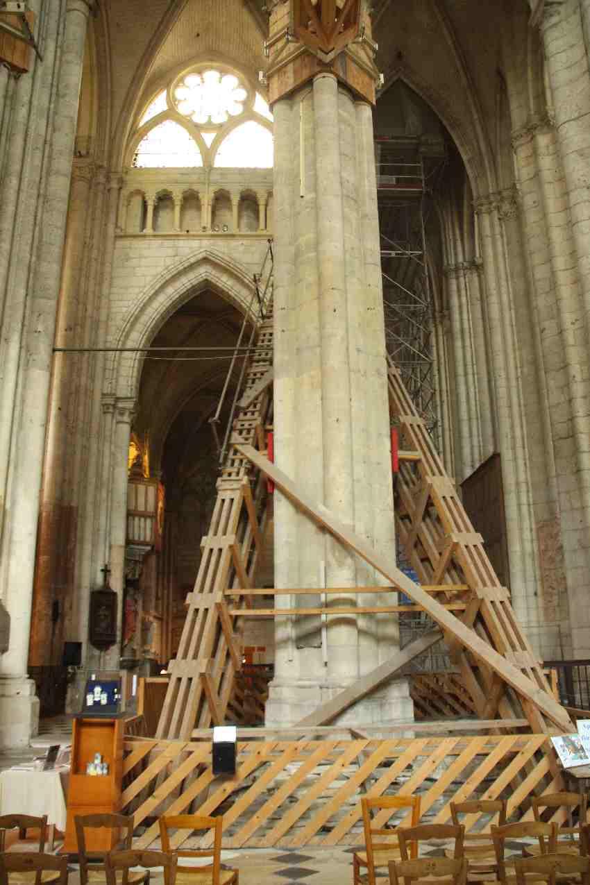 Großer Holzstützpfeiler in der Kathedrale von Beauvais, für den sogar der Boden aufgerissen werden musste