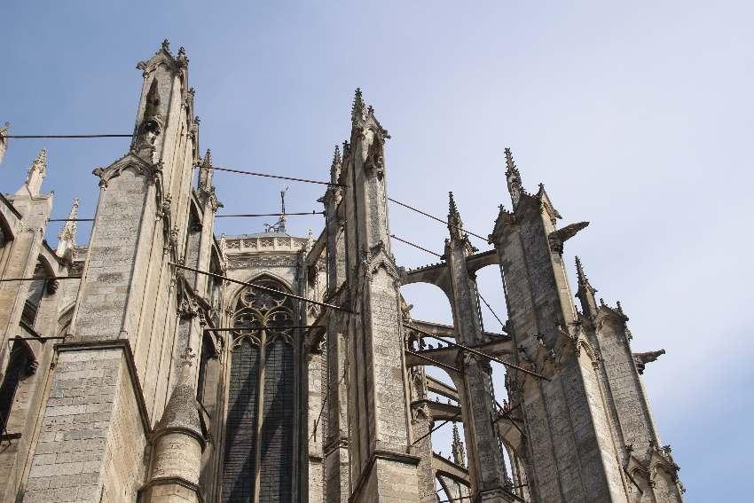 Pfeiler der Kathedrale von Beauvais von außen - mit vielen Stahlstützen dazwischen