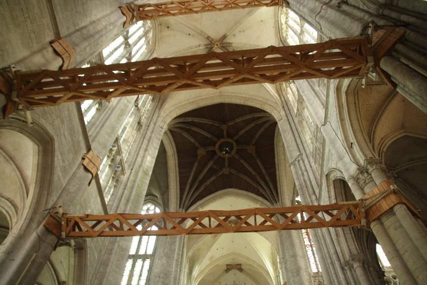 Sehr große, hölzerne Stützpfeiler zwischen den Säulen in der Kathedrale von Beauvais