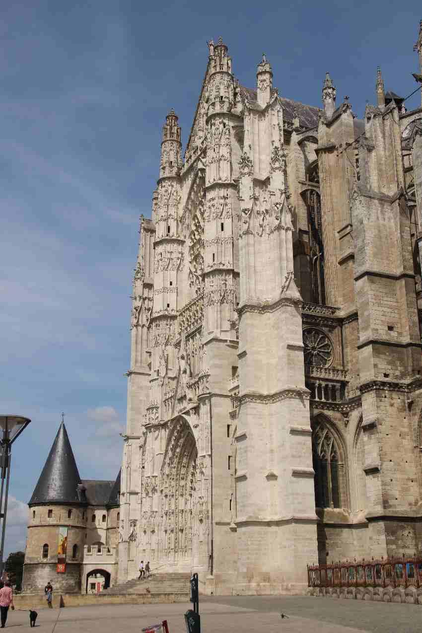 Kathedrale und historisches Stadttor in Beauvais