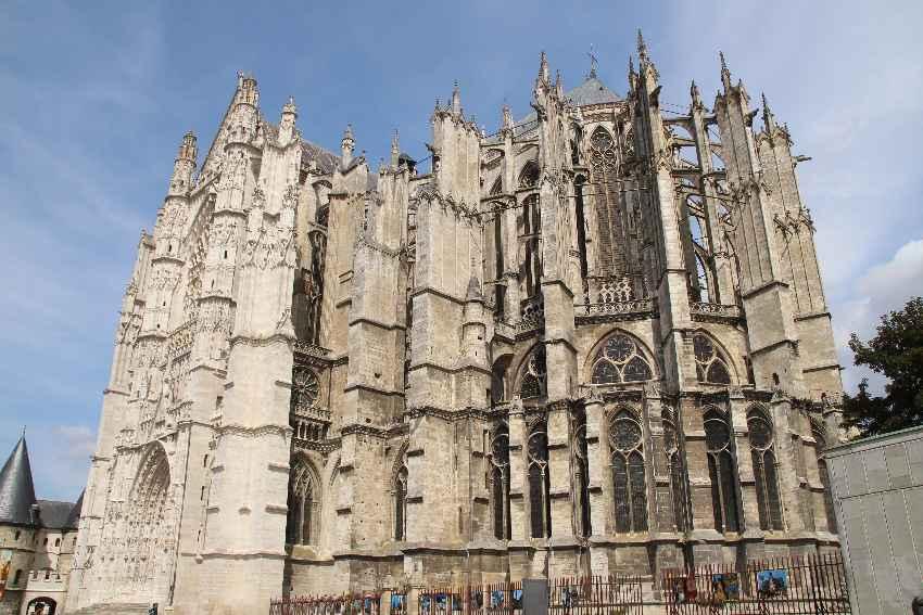Kunstvolle Außenfassafe der Kathedrale in Beauvais